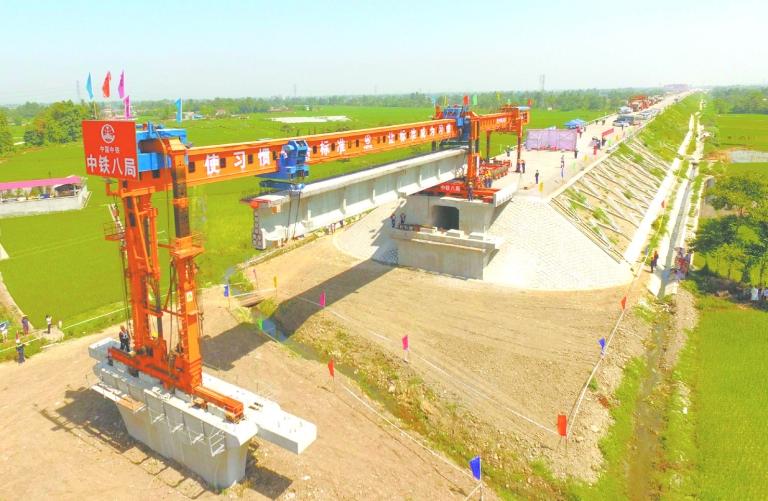 6月16日,工人在四川省什邡市成兰铁路施工现场进行架梁施工.