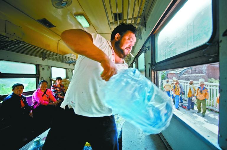 王小龙快速地装卸着桶装水