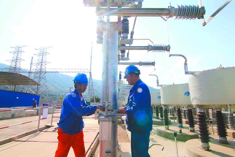 -->  3月8日,攀枝花回龙沟220千伏变电站新建工程施工现场,施工人员安装电器设备。   记者了解到,回龙沟变电站将为米易电网提供220千伏电源点,以有效提升米易电网供电可靠性。项目总投资16169万元,将建2台240兆伏安主变压器,以及220千伏出线6回、110千伏出线10回、35千伏出线8回。   目前,项目土建已基本完工,部分装饰及收尾正在进行中;电气一次设备已进入调试实验阶段,电器二次主要设备已安装完毕,将开展电缆、光缆、二次接线调试工作;铁塔共计26基,已完成24基铁塔组立,整个项目预计今