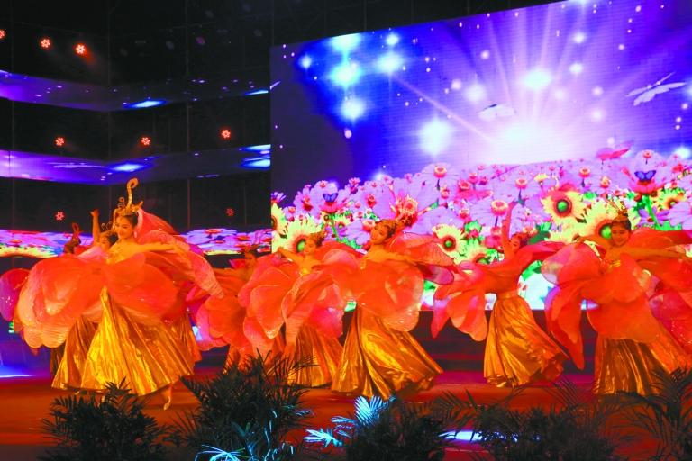 12月28日晚,米易县举行2018年迎新年文艺晚会,来自各个岗位的群众载